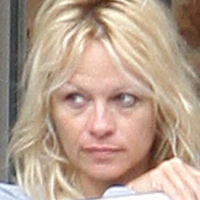 Bir zamanların seks bombası Pamela Anderson'u makyajsız tanımak mümkün değil!